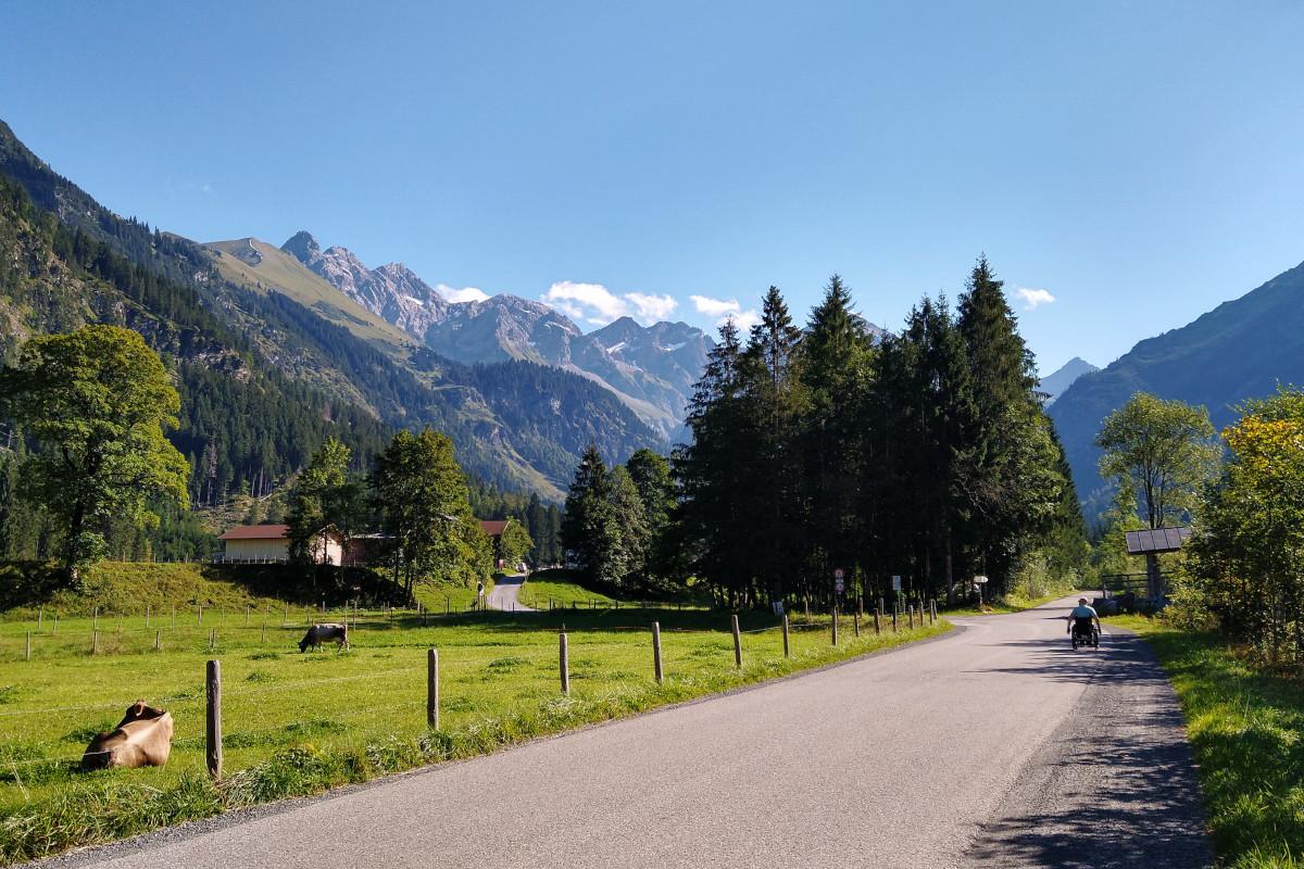 Talpanorama mit einer Straße, im Hintergrund Berge