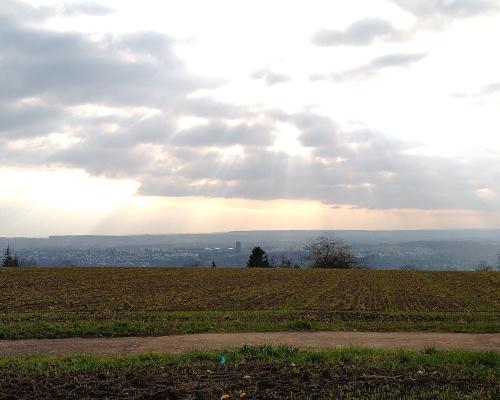 Blick vom Höhenweg auf Esslingen bei leicht wolkigem Wetter