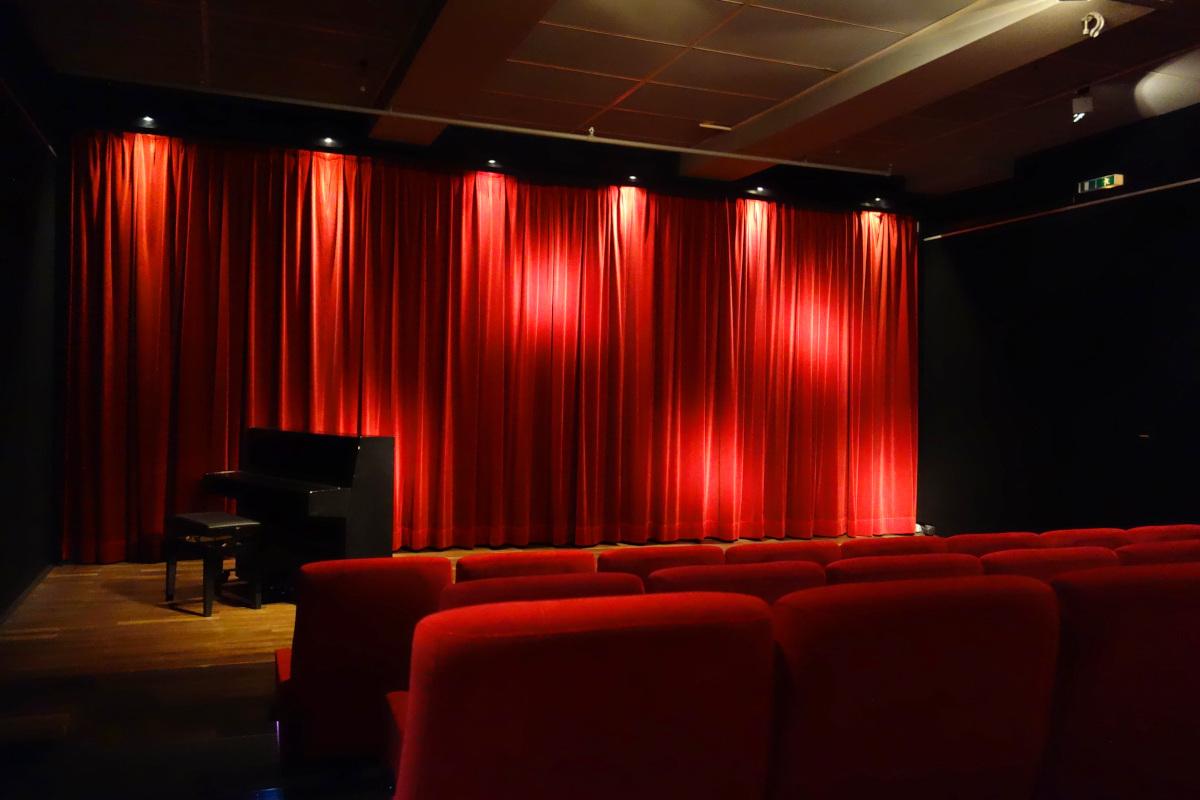 Panorma vom Kinosaal. Roter Vorhang der Kinoleinwand geschlossen