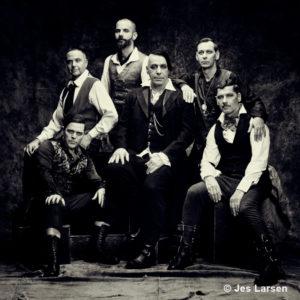 Gruppenbild von der Band Rammstein in schwarz-weiß