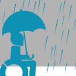 Maskottchen im Rollstuhl mit Regenschirm bei Regen