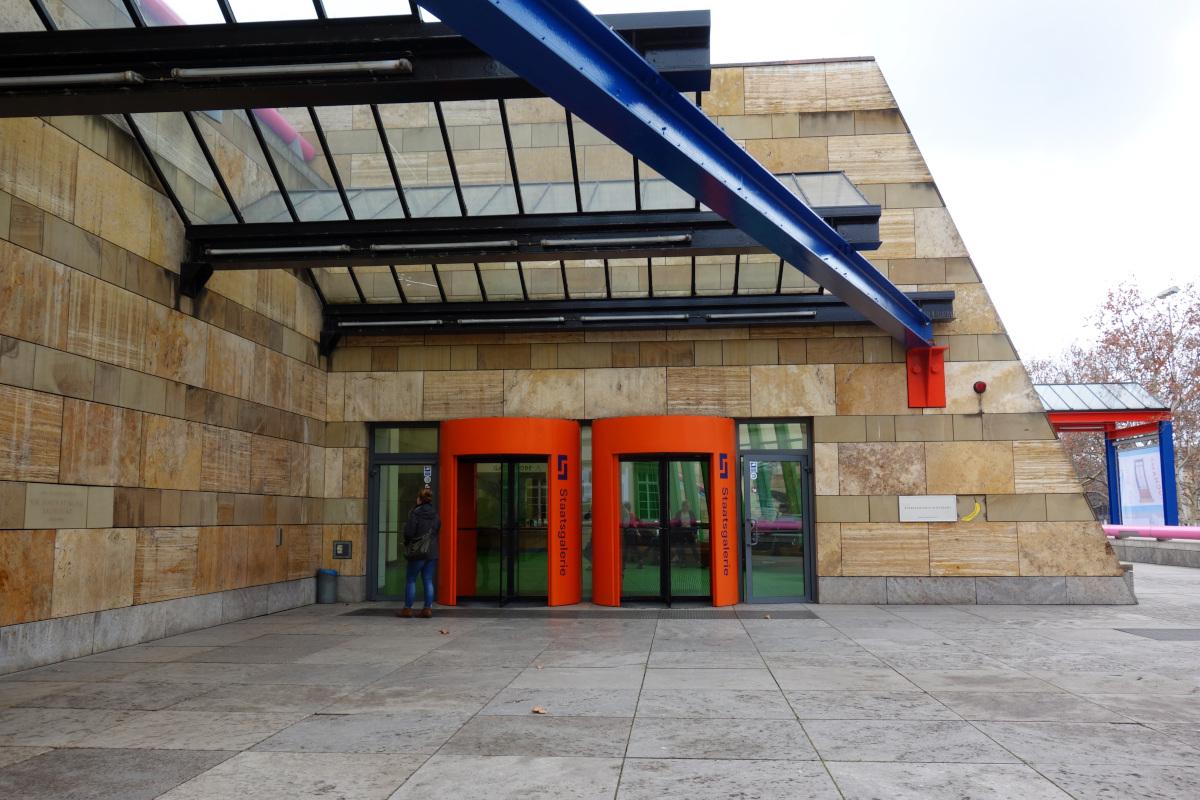 Bild des Eingangs der Staatsgalerie. Zwei Drehtüren und eine elektrische Tür