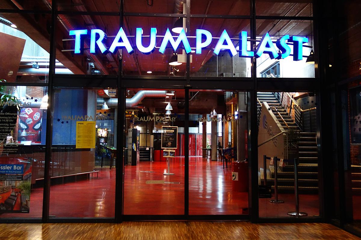Oberer Eingang Traumpalat: Zweiflügelige elektrische Tür mit Leuchtschrift TRAUMPALAST darüber
